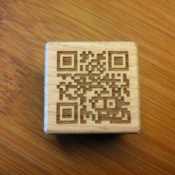 QR-CODE - Lasergravur auf Holzwürfel